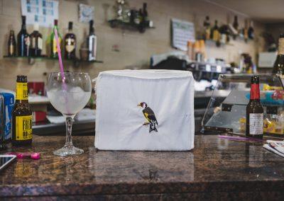 cardernera en bar mina barcelñona