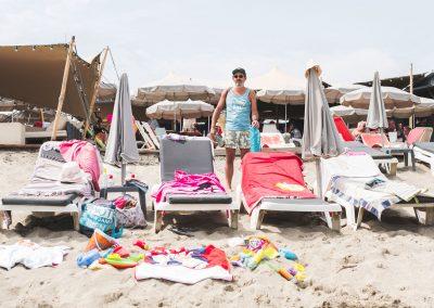 hombre en la playa llena de toallas