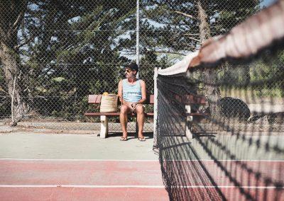 hombre mira tenis