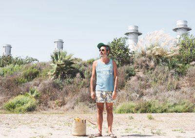 hombre en la playa chimeneas
